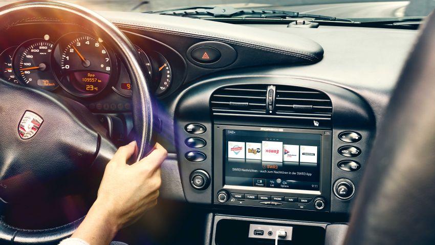 Porsche perkenal pemain audio moden dengan rupa retro untuk 911 klasik – ada skrin dan sistem navigasi Image #1111889