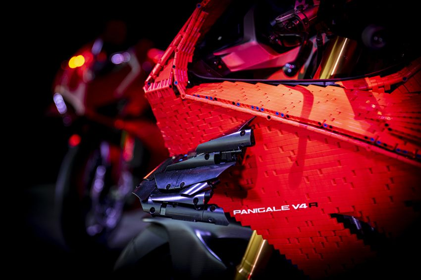 The life-sized Lego model of the Ducati Panigale V4R Image #1134449