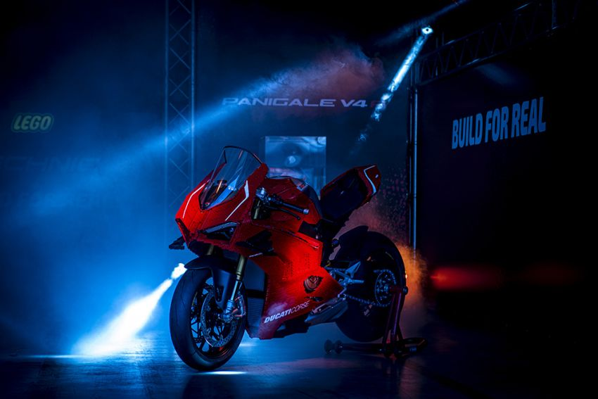 The life-sized Lego model of the Ducati Panigale V4R Image #1134461