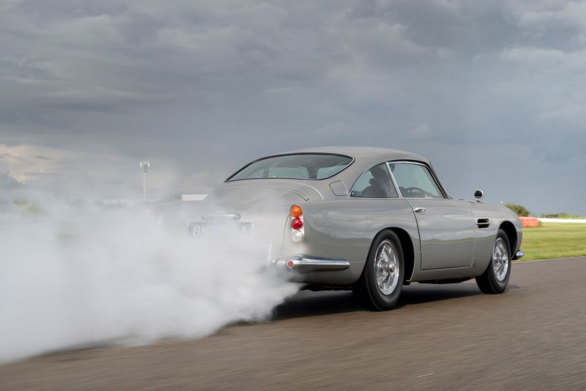 Aston Martin DB5 <em>Goldfinger</em> Continuation – first customer car of 25 completed; 4,500 hours of work Image #1144015