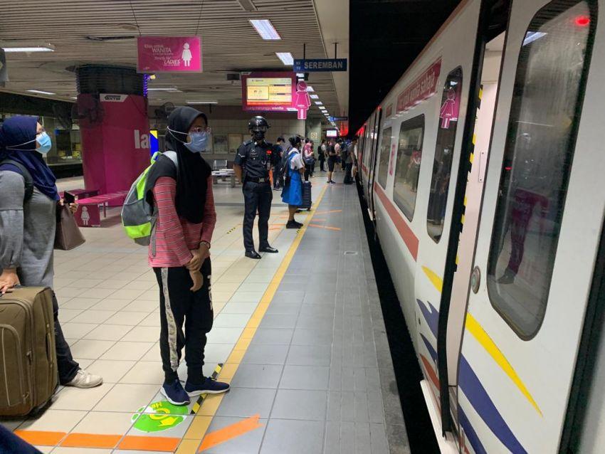 KTMB memperkenalkan helmet pengimbas suhu yang dipakai oleh Polis Bantuan yang meronda di stesen Image #1191487