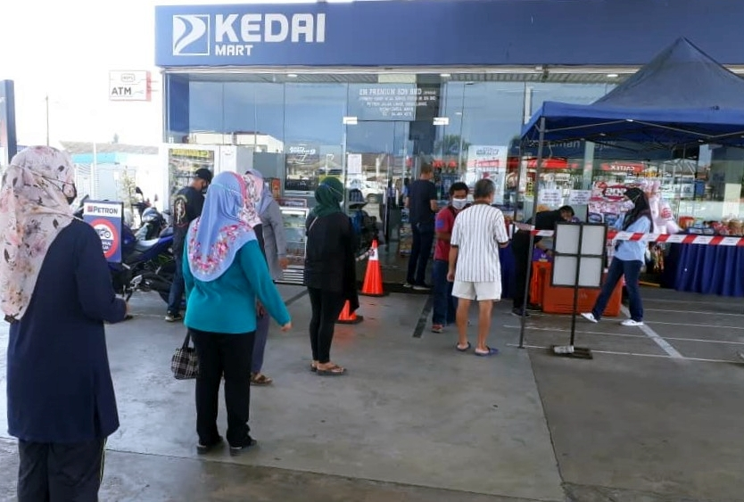 Over 190 Petron service stations across Malaysia set up food banks to assist individuals, families in need Image #1334515
