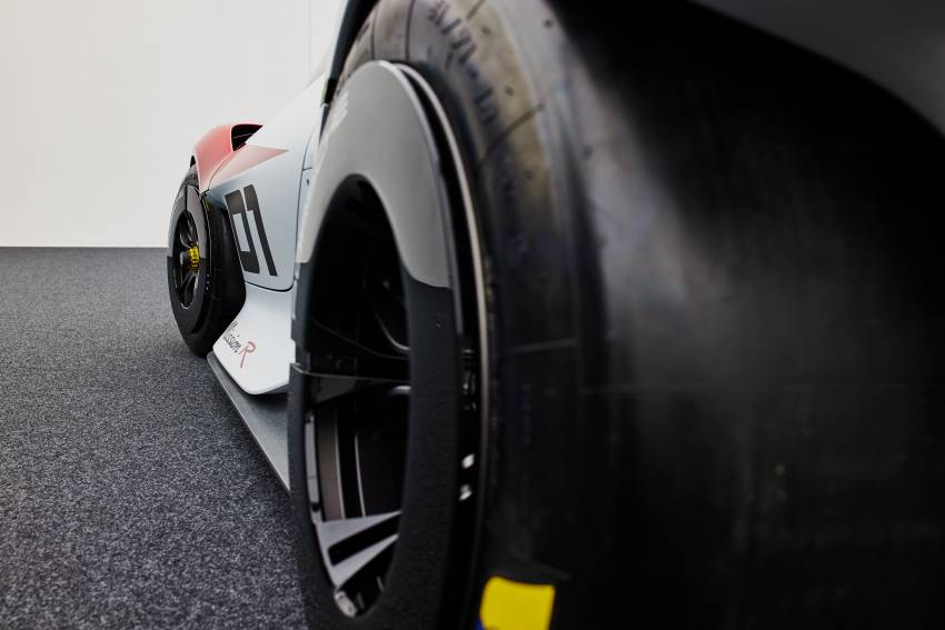 Porsche Mission R – 1,088 PS twin-motor concept with natural fibre bodywork hints at GT racing future Image #1343083