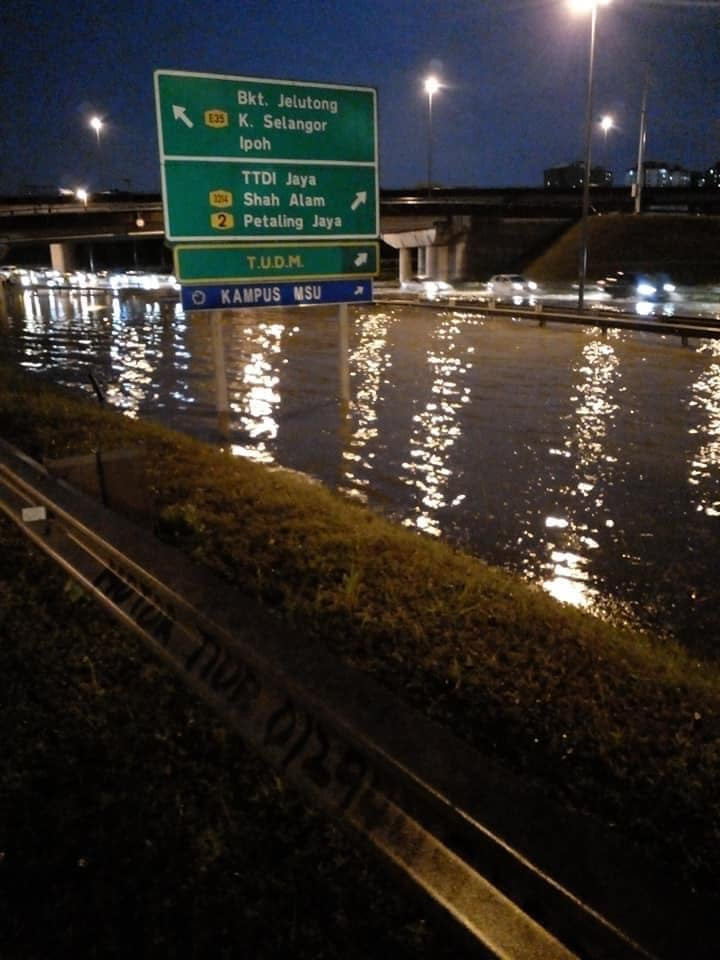 Flash floods hit Shah Alam – car owners without special perils insurance coverage face hefty bills Image #1351298