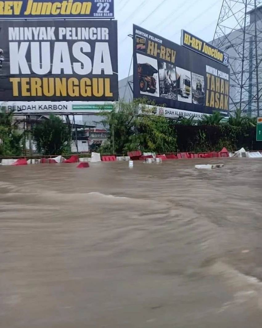 Flash floods hit Shah Alam – car owners without special perils insurance coverage face hefty bills Image #1351300