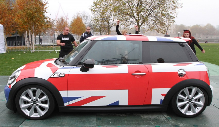 A new record – MINI Cooper SD fits 28 people Image #141853